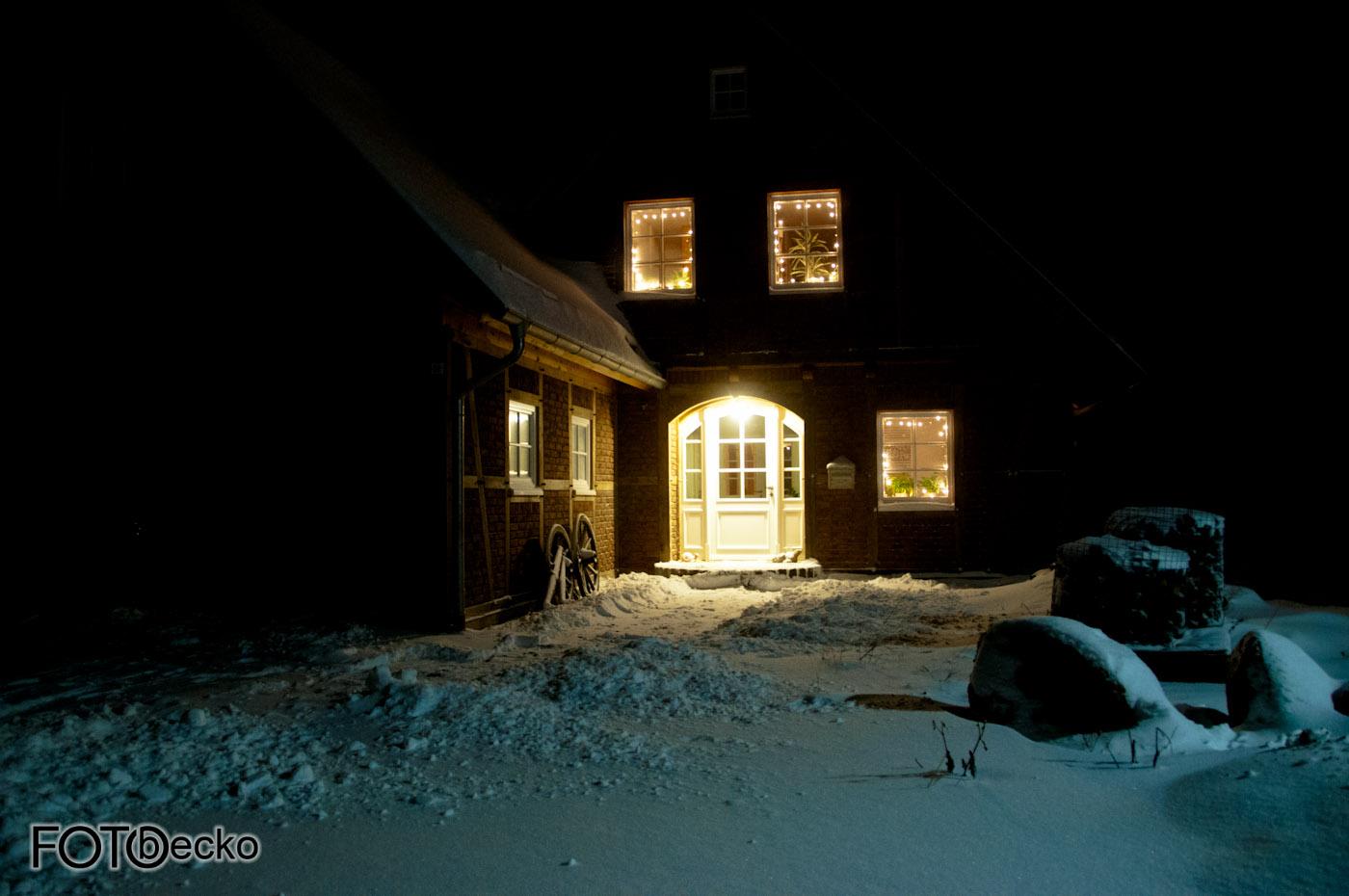 Haus Weihnachtsbeleuchtung.Haus Im Schnee Bei Nacht Und Weihnachtsbeleuchtung Ab Auf Den